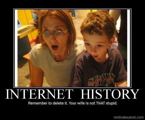 Abuela e hijo sorprendido viendo la computadora